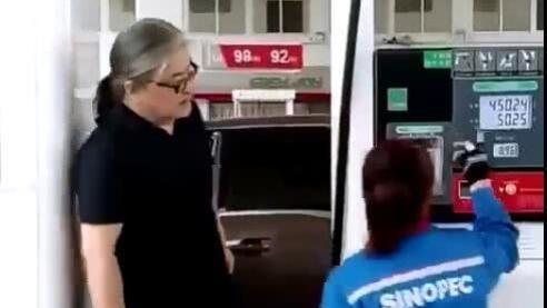 刘欢给豪车加油, 事后还确认了下花了多少油 有钱也不能乱花
