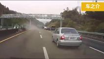 高速路五菱面包车猛打6次方向,SUV装傻逞能,车上8人直接上天堂,记录仪拍下这作死的瞬间