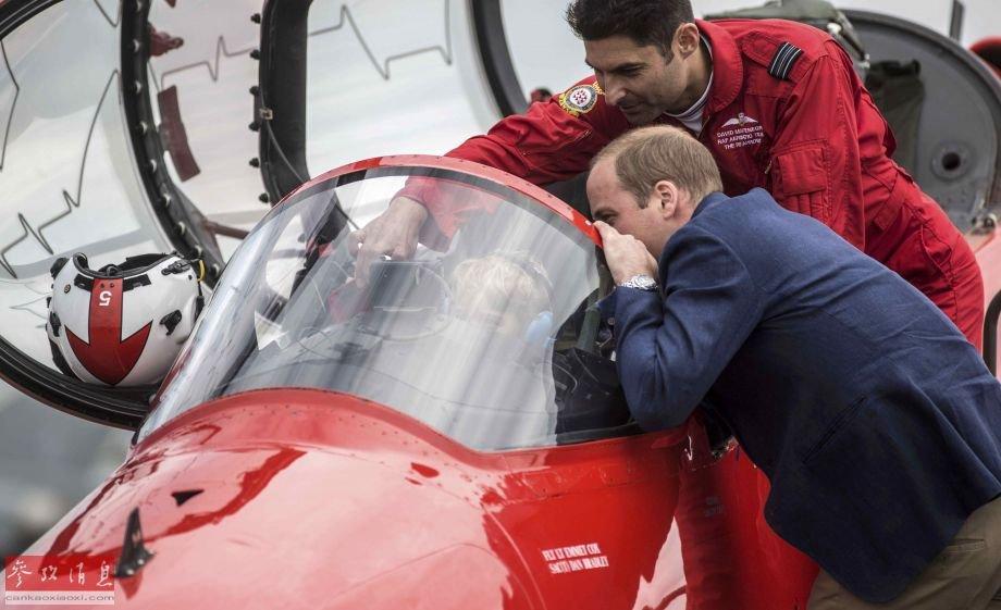 英国乔治小王子参观空军基地