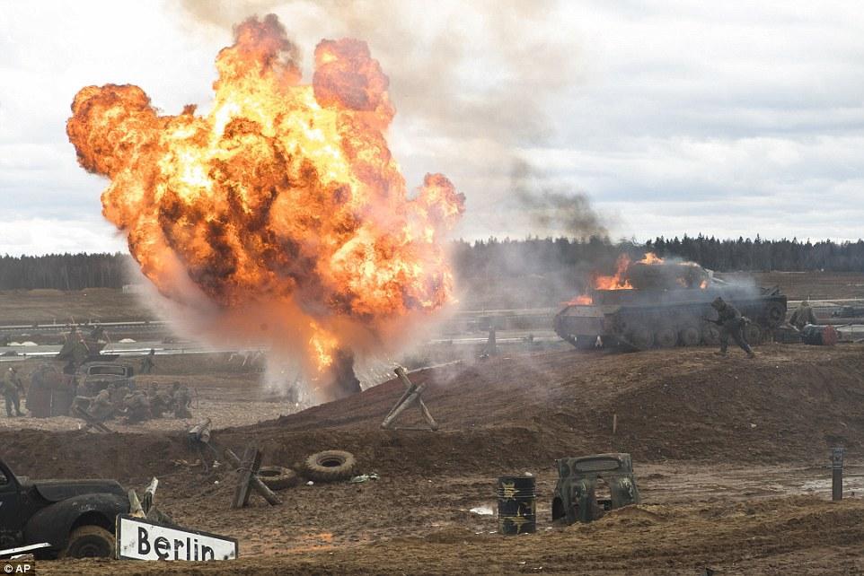 战场还原度非常高,有老式汽车,汽油桶,甚至还有坦克.