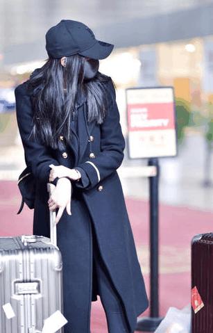 新晋国民女神关晓彤素颜戴口罩现身机场