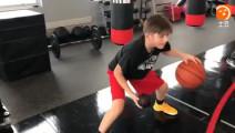 还记得这个风格独特的篮球训练师吗。一起看他的独特篮球训练视频