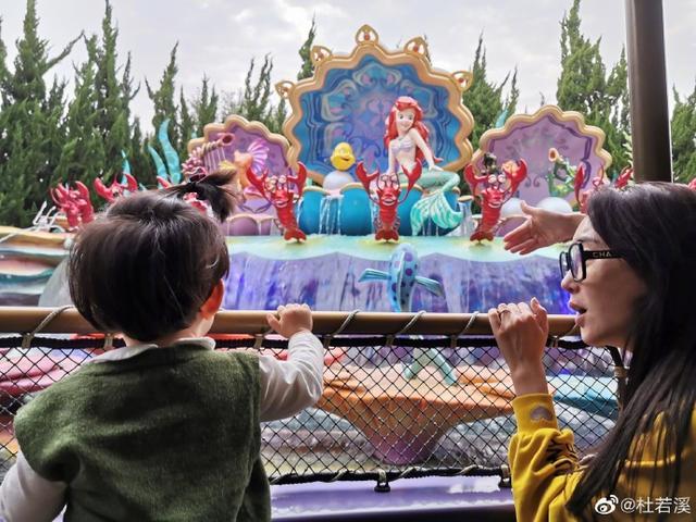 杜若溪严屹宽带女儿游玩迪士尼