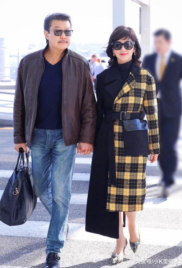 64岁赵雅芝可真潮, 机场玩转拼色时尚, 搭短靴涂红唇尽显大佬范