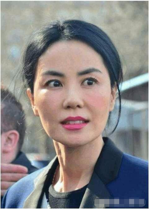 47岁王菲生活照慵懒, 卷发烫头似大妈, 谢霆锋抛弃张柏芝后悔了吗?