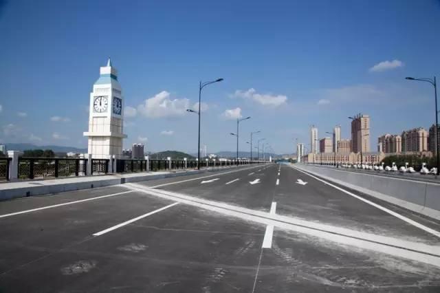 9米,宽3米的4个欧式钟塔造型的桥头堡,使得整个大桥造型与周边小区