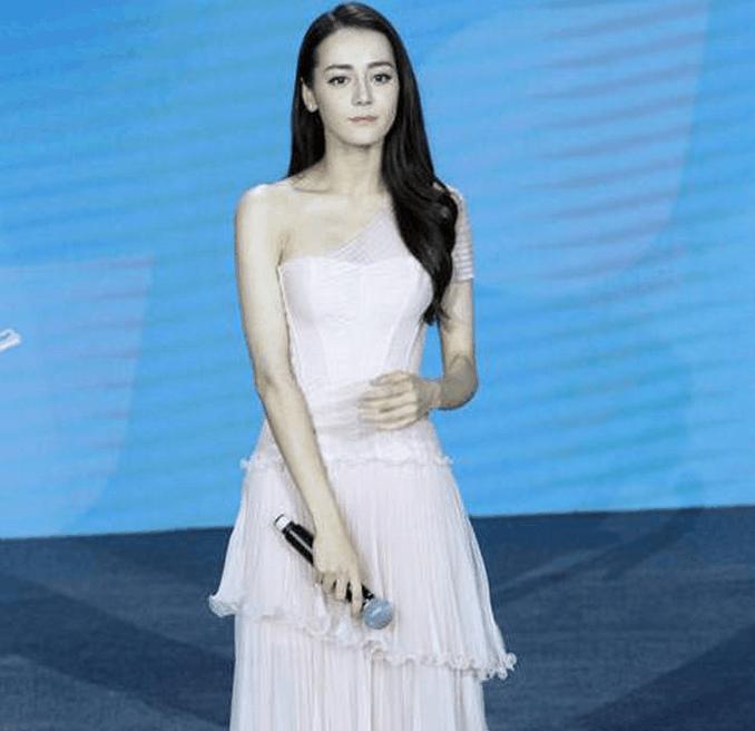 迪丽热巴 杨颖同样穿公主裙, 一个像仙女, 一个像街/女
