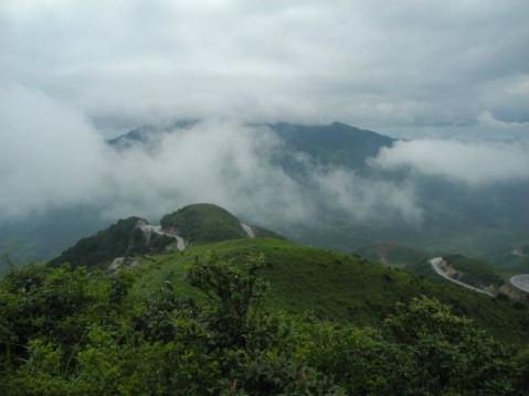 山间云雾缭绕,溪水潺潺水墨画般的意境.