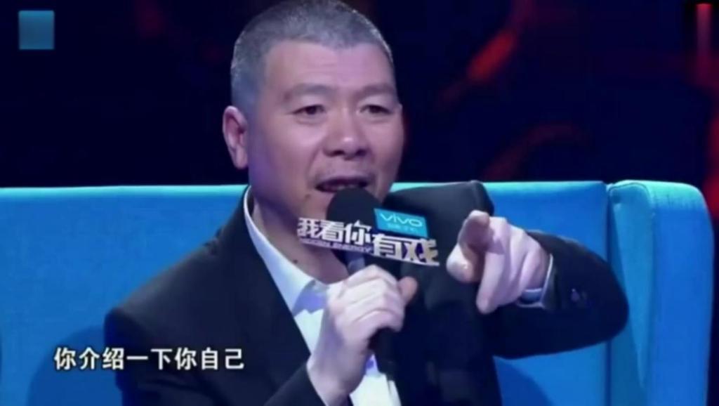 冯小刚问成龙介绍下自己,成龙大哥与美女对唱一曲