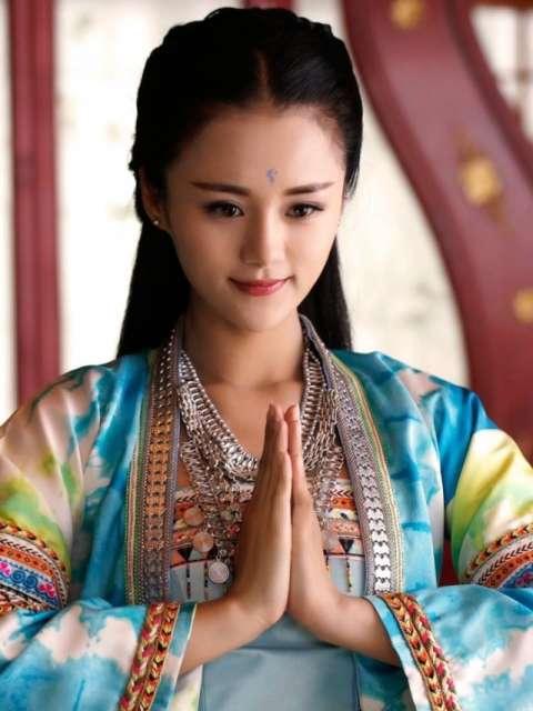 安悦溪长相甜美蓝色眉心印的她此刻妩媚动人.