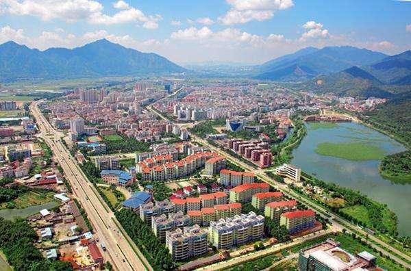 西江下游,是肇庆市中心城区重要组成部分,属珠江三角洲地区改革发展规