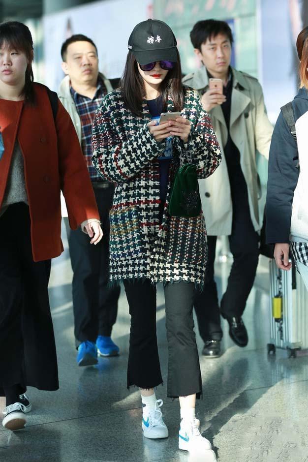 迪丽热巴机场面容憔悴, 无意细节网友称赞不愧是杨幂的艺人