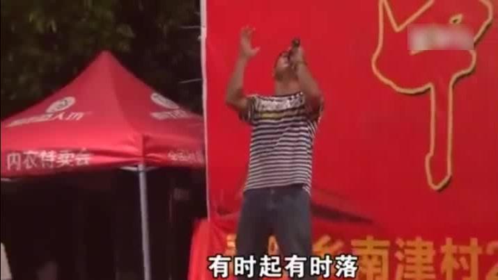 农村大哥现场一首经典歌曲《爱拼才会赢》,把村里的人都吸来了