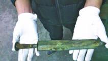 考古学家从古墓中找到一把剑,试着用力一拔,剑动了一下!