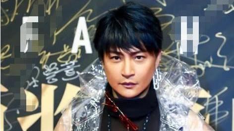 """张韶涵穿""""皇帝的新装""""开演唱会, 与陈志朋撞衫, 得罪造型师了?"""