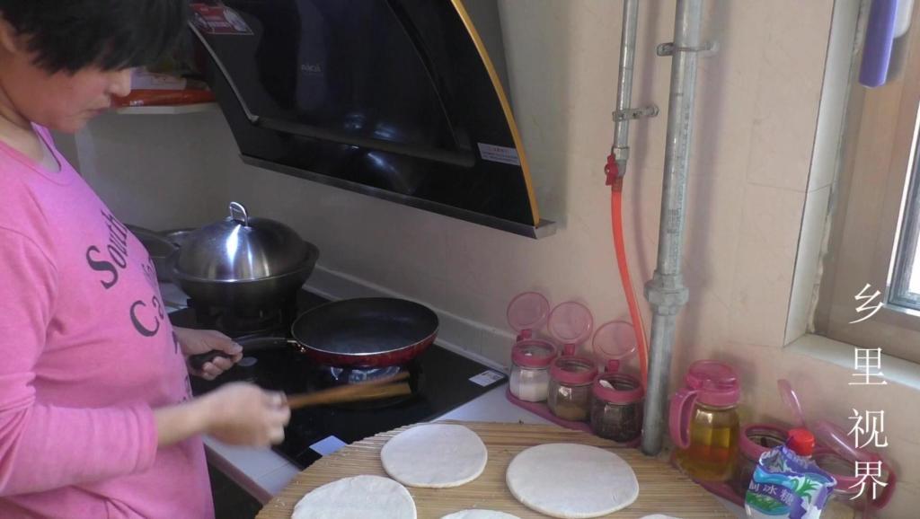 姑嫂情: 在家里烙油饼给嫂子吃,油饼这样烙真的叫美味!