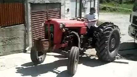 利用拖拉机牵引大卡车转向