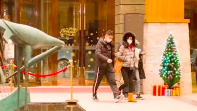 刘强东陪太太去滑雪, 甜搂章泽天腰部恩爱不变, 章泽天变胖变老了