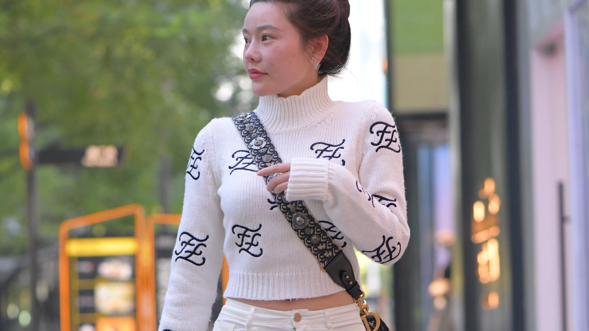 时尚的她真会打扮,白色系清新搭配,太美了!