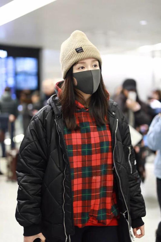 娄艺潇与男友现身机场一前一后超低调, 李川包揽全部行李男友力max