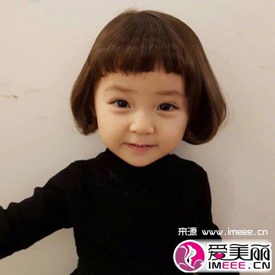 发型中,二次元刘海短发造型尤其受欢迎,将其和女宝宝搭配可爱感一定是