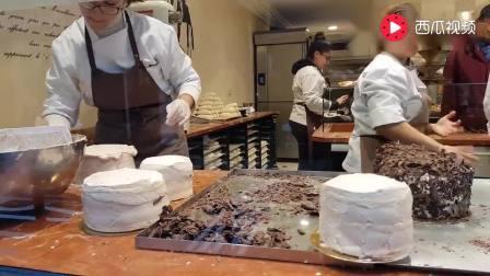 法国一家糕点店现场制作的蛋糕美食, 上面粘满了巧克力片