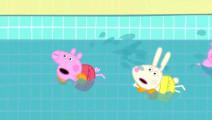 小猪佩奇和小伙伴在进行游泳比赛,理查德的洒水壶掉进游泳池里