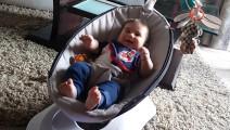 妈妈新买了电动摇篮,把宝宝放进去后,宝宝的反应让妈妈乐坏了