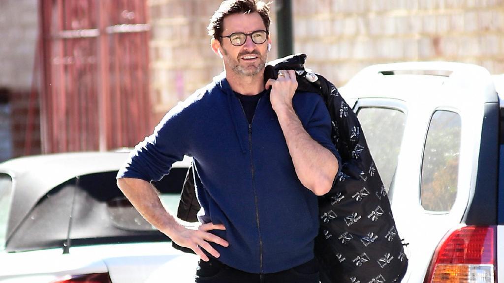 51岁休·杰克曼现身街头! 拍完戏后打车回家, 金刚狼生活太低调了