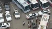 女司机乱停车堵住出口,被堵大众车发火直接猛撞