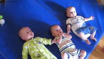 超级可爱的三胞胎婴儿笑声,这妈妈太幸福了