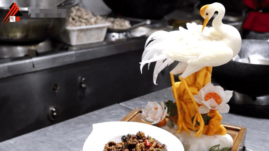 厨师炫耀自己的艺术细胞, 雕刻白萝卜被吐槽, 浪费国家粮食