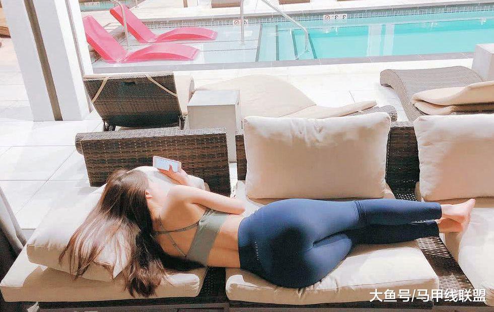 长相清纯可爱的她在健身房做力量训练, 在家就练瑜伽, 好身材尽显