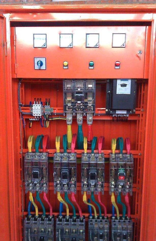 施工现场临时用电配电箱的电器安装的设置,应为().