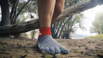 比钢铁还坚硬的神奇袜子,网友: 敢踩钉子吗?