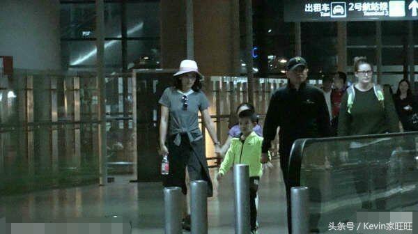 刘涛王珂一家人素颜机场照,不过王珂这身高我也是醉了,看起来也太矮了