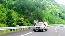 摩托车高速路行驶被警车拦下,警察得知情况后驾车引路,真情满满