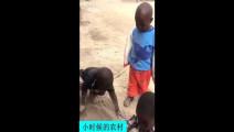 非洲小朋友这样玩总有一个捣乱的,好怀念小时候