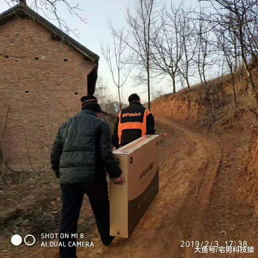 满足村中老人春晚仪式感, 工作人员翻山越岭送上小米电视(图2)