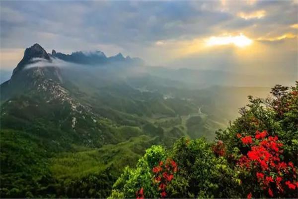 大茅山位于江西上饶德兴市东南部,与三清山东西对峙,同属浙赣两省