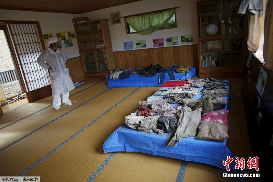 当地时间2月13日,日本福岛,记者测量福岛第一核电站禁区内辐射指数为