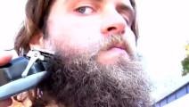 失恋小伙刮掉留了多年的胡子 照镜子时把自己都帅到了
