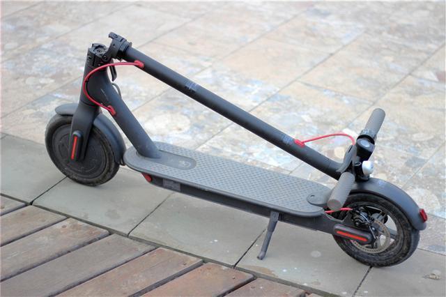 小米米家滑板车也是采用了可折叠的外形设计,只需一拨一按一扣,3 秒
