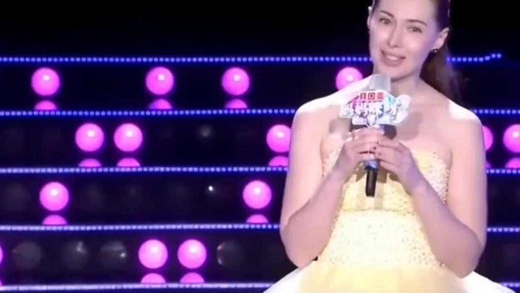 俄罗斯美女嫁43岁中国男子,丈夫一上台全场尖叫,金星都看懵了