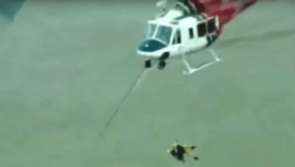 小狗落入洪水之中 救援人员出动直升机冒生命危险营救