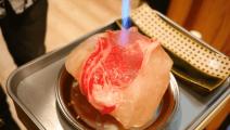 用可以吃的石头岩盐,烤世界最贵的牛肉,味道了不得!