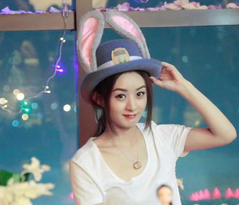 赵丽颖,穿着白t恤的颖宝更加萌萌哒.