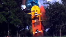 厉害了我哥,玩个滑板不仅技术超群还能这么富有色彩!
