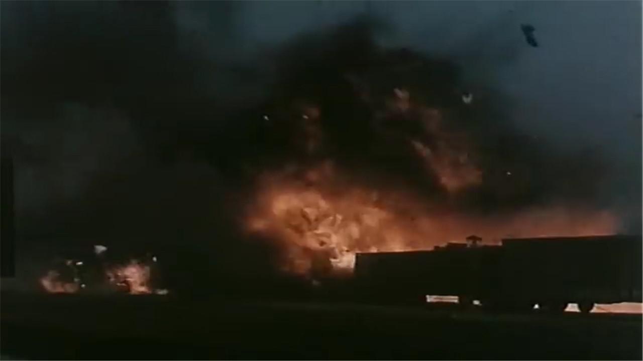 《平原游击队》八路军单凭几个人就把日军的军火库炸了,大快人心