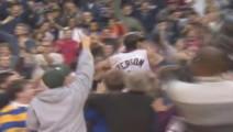 这个球之后,艾弗森站上了观众席!球迷们沸腾了!